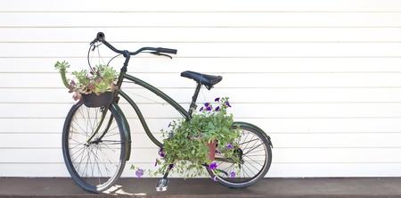 decorated bike: vecchia bicicletta nera con fiori
