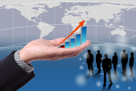 main homme d'affaires avec l'éco mondiale et les gens debout avec la carte du monde