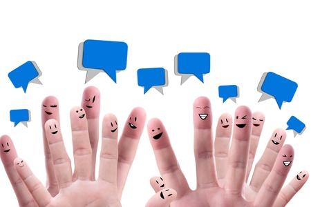 interaccion social: Concepto de red social de grupo feliz del dedo se enfrenta con burbujas de intervenci�n