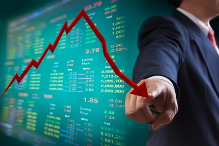 agente comercial: Hombre de negocios punto al gráfico de la caída del mercado de valores
