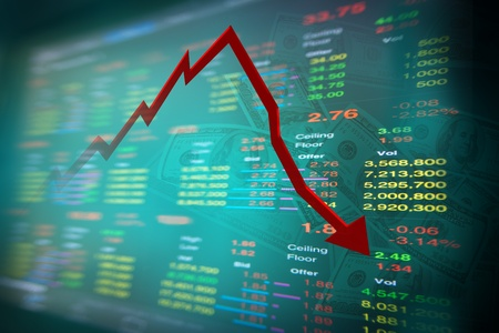 agente comercial: caída de nota de dólar y gráfico de bolsa con placa madre