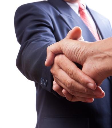 pacto: la gente de negocios dándose la mano sobre un acuerdo