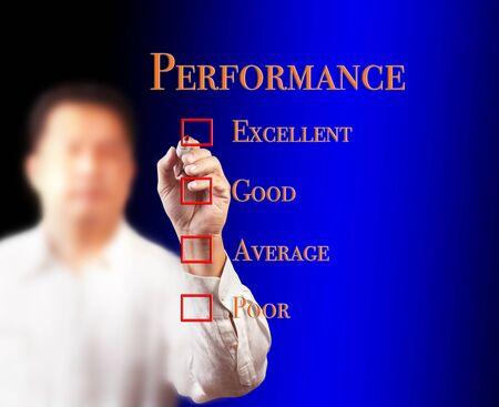 hombre escribiendo: negocio de la escritura el hombre en la lista de verificaci�n de auditor�a del rendimiento