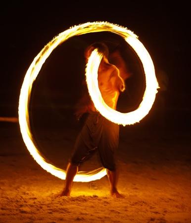 Mostrar fuego impresionante por la noche en la isla de Samet, Tailandia Editorial