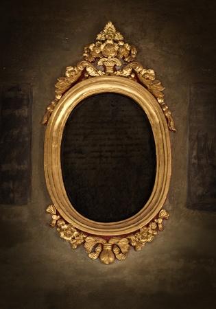spiegelbeeld: Golden frame over vintage behang