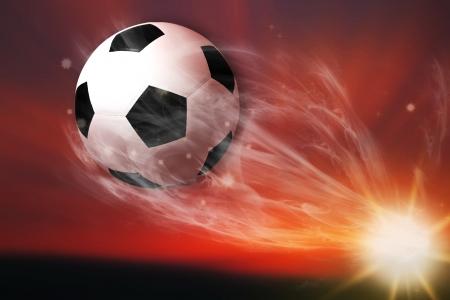 torneio: bola de futebol voando a partir de campo de futebol Imagens