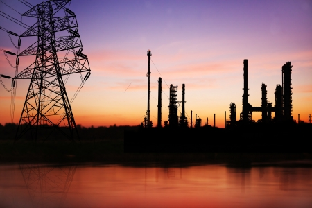 High voltage pose with petrochemical oil refinery plant  Banque d'images
