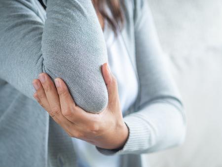 Ellenbogen der Nahaufnahmefrau. Armschmerzen und Verletzungen. Gesundheitsversorgung und medizinisches Konzept.
