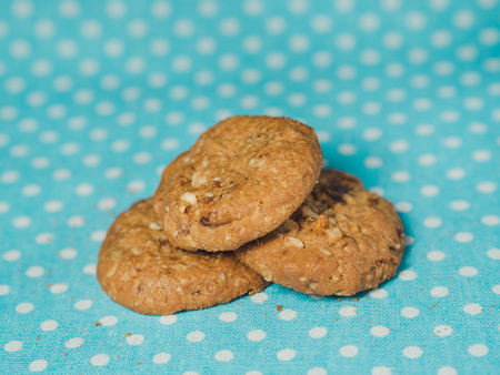 Oatmeal and raisin cookies on pastel blue polka dot background. 版權商用圖片