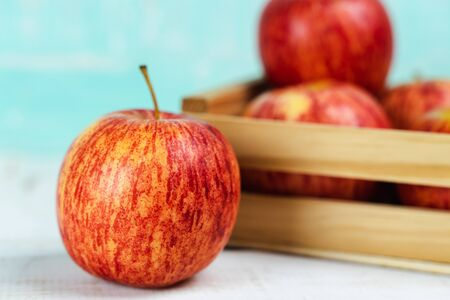 Fresh red apples on wooden background. 版權商用圖片 - 142664646