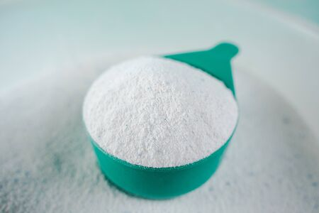 Scoop of Laundry detergent powder for washing machine. 版權商用圖片
