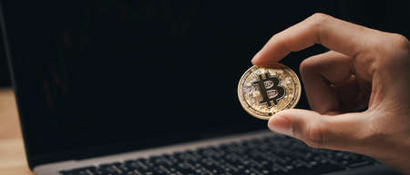 Investor Businessman holding a golden bitcoin on dark background, trading, Cryptocurrency, Digital virtual currency, alternative finance and investment Concept. 免版税图像