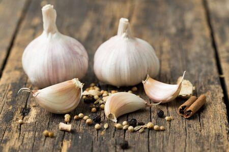 Garlic on old wood floor Stockfoto
