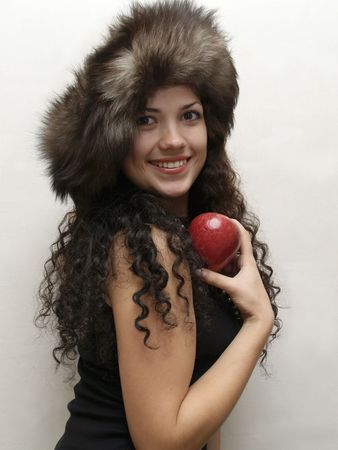pokrývka hlavy: Young woman in fur headgear, with an apple in her hand