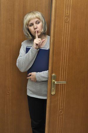 keep silent: Dama de negocio hace gesto a guardar silencio  Foto de archivo