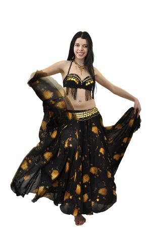 Danseuse gitane belle jeune en costume noir et or, agitant sa jupe