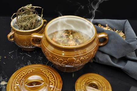 pocion: Preparación poción mágica naturaleza muerta con dos macetas decorativas y productos naturales