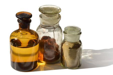 Een set van chemische flessen met verschillende inhoud op wit wordt geïsoleerd Stockfoto