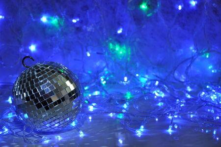 mirror ball: Disco de fondo de Navidad con bolas de espejo y brillantes luces guirnalda a�o nuevo.