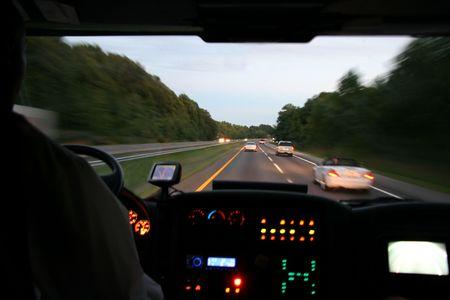 Traveling bus op de snelweg kijken uit interieur