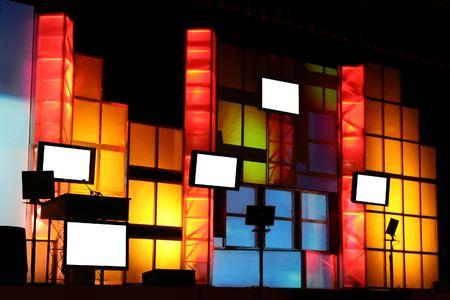 Kleurrijke Stage Productie met Blanco Monitor Displays