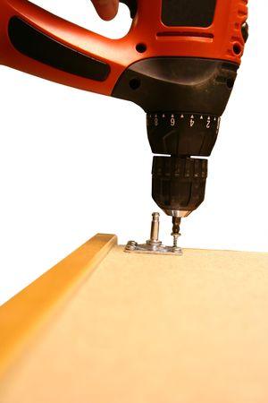 Power Tool Drilling Down een schroef op een witte achtergrond Stockfoto