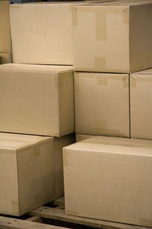 Stack van lege dozen in een magazijn