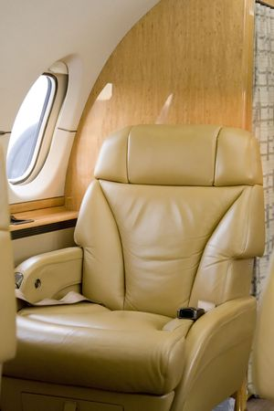 asiento: Asiento de primera clase en reactores corporativos en espera de un pasajero