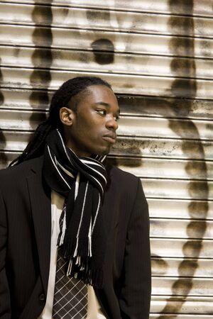 Young Urban African American Man met stijlvolle Suit