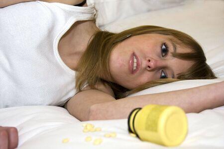 薬を過剰摂取しようとしている若い大人の女性
