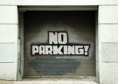 no parking: Pas de stationnement Inscrivez-sur-porte de garage en zone urbain