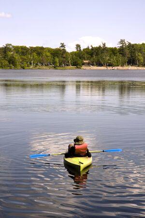 Persoon in Kayak Ontspannen op een Lake