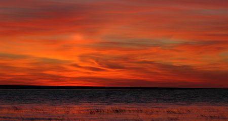 Ladoga 호수에 혈액 - 붉은 감소. 와 서 태양 혈액 또는 붉은 색 하늘과 구름 Ladoga 호수 위로 그려져있다.