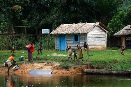 Sangha River. R�publique centrafricaine. Afrique. Le 1er novembre 2008. Un petit village sur la rive du fleuve Sangha dans la jungle profonde R�publique centrafricaine. �ditoriale