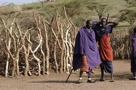 Afrique. Tanzanie. Le 5 mars 2009. Village masa�. Un double portrait maasai hommes. Savane. Un soleil �clatant.