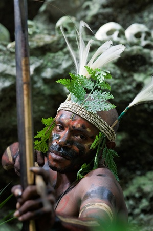 sektor: INDONESIA, NEW GUINEA, SECTOR SENGGI - 2 FEBRUARY 2009: The warrior of a Papuan tribe of Yafi in traditional clothes, ornaments and coloring. New Guinea Island, Indonesia. February 2, 2009.