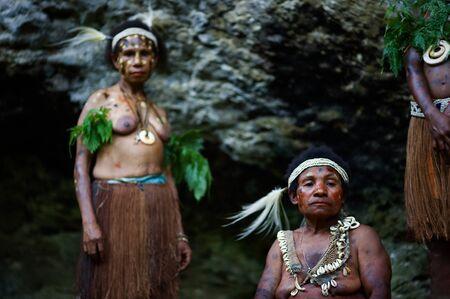 Nuova Guinea: INDONESIA, nuova GUINEA, settore SENGGI - 2 febbraio: le donne di una trib� di Yafi in abiti tradizionali, ornamenti e una colorazione. Nuova Guinea Island, Indonesia. 2 febbraio 2009 Editoriali