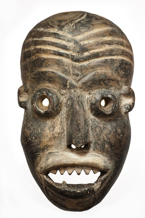 maschera tribale: In legno intagliato maschera africana tribale, in legno scuro con la faccia dipinta. Isolato su sfondo nero. Congo, Africa