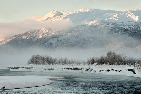 monta�as nevadas: El valle de Chilkat bajo una cubierta de nieve, con las monta�as detr�s. El sudeste de Alaska.
