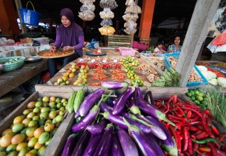 indonesian woman: TIMIKA, Nueva Guinea, Indonesia - 01 de julio 2012 mujer indonesia de venta de verduras en el mercado en Timika, Papua Occidental Irian Jaya, Indonesia 01 de julio 2012