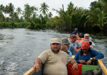 Nuova Guinea: ASMAT DISTRICT, Irian Jaya, NUOVA GUINEA, INDONESIA - 29 giugno I turisti in legno canoa scendere al fiume 29 giugno 2012 Asmat, Irian Jaya, Indonesia Editoriali