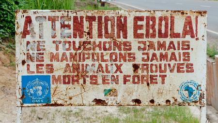 sterbliche: Makoua, Kongo, AFRIKA - 27. September Ein Schild warnt Besucher dieser Bereich ist ein Ebola infizierten Signage Information der Besucher, dass es ein Ebola infizierten Bereich 27. September 2013, Kongo, Afrika