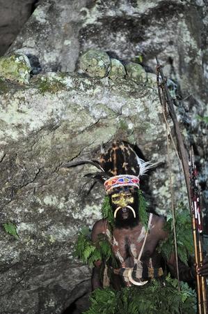 Nuova Guinea: Nuova Guinea, Indonesia - 12 JANUUARY 2009: Il guerriero di una trib� di Papua di Yafi in abiti tradizionali, ornamenti e colorazione. Nuova Guinea, Indonesia. 12 Gennaio 2009.