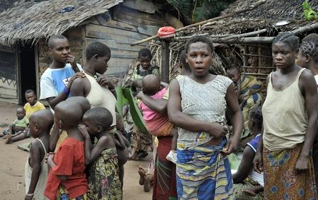 Dzanga-SANHA bosreservaat, CENTRAAL-AFRIKAANSE Republiek (CAR), Afrika, 2008 2 november: Mensen uit een stam van Baka pygmeeën in het dorp van de etnische zingen. Traditionele dans en muziek. Nov 2, 2008 CAR Redactioneel