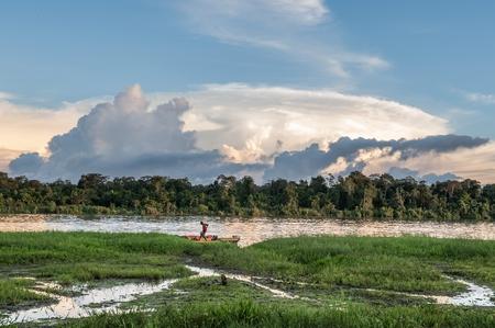 Nuova Guinea: Nuova Guinea, Indonesia - 26 giugno: l'uomo sconosciuto sulla riva del fiume, nei pressi del villaggio. Tramonto, fine della giornata. 26 giugno 2012 nel villaggio, Nuova Guinea, Indonesia