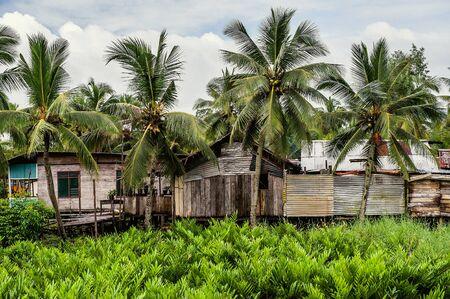 Nuova Guinea: Povere capanne dei nativi, casa tradizionale poveri indonesiano. Nuova Guinea, Indonesia