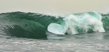 the granola: Potente rompimiento de las olas del océano. Ola en la superficie del océano. Ola rompe sobre un banco de poca profundidad. fondo natural