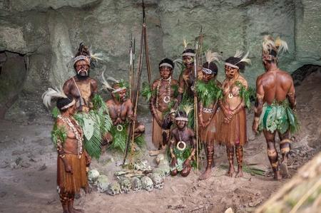 Nuova Guinea: Nuova Guinea, Indonesia - 2 FEBBRAIO: papua con ossa e teschi. La gente di una trib� Papua di Yafi in abiti tradizionali, ornamenti e coloranti. Nuova Guinea, Indonesia. 2 Febbraio 2009.