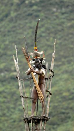 new guinea: DANI VILLAGE, Wamena, Irian Jaya, Nuova Guinea, Indonesia, 25 JULY 2009: Yali Mabel, il capo della tribù Dani sulla torre di osservazione. Luglio 2009 La Valle Baliem, Indonesia, Nuova Guinea