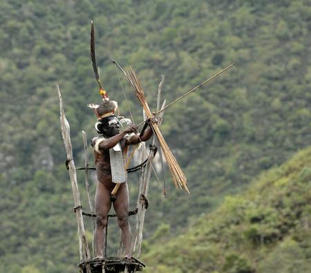 Nuova Guinea: DANI VILLAGE, Wamena, Irian Jaya, Nuova Guinea, Indonesia, 25 JULY 2009: Yali Mabel, il capo della trib� Dani sulla torre di osservazione. Luglio 2009 La Valle Baliem, Indonesia, Nuova Guinea